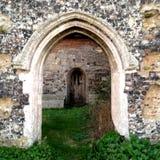 Une porte dans une porte d'une église ruinée photographie stock libre de droits