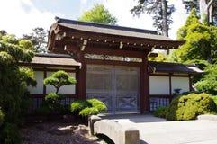 Une porte dans le jardin de thé japonais Image stock