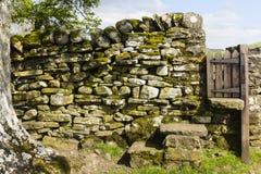 Une porte dans un mur de roche photo libre de droits