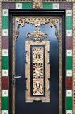Une porte de poignée de levier avec la conception fleurie photographie stock libre de droits