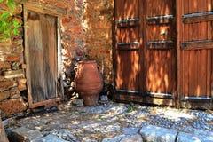 Une cruche en bois antique de porte Images stock