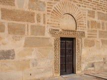 Une porte en bois découpée dans la tour de la grande mosquée dans Kairoua Image stock