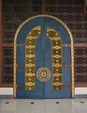 Une porte en bois très grande Image libre de droits