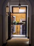 Une porte ouverte dans la vieille maison d'appartement Photographie stock libre de droits