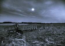 Une porte ouverte sur un champ pendant la nuit avec une pleine lune Images stock