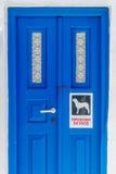 Une porte traditionnelle sur les îles de Cyclades avec prennent garde du d Image stock