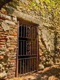 Une porte travaillée antique d'irn dans un mur romain de décomposition photo libre de droits