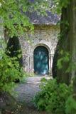 Une porte verte à l'église photographie stock