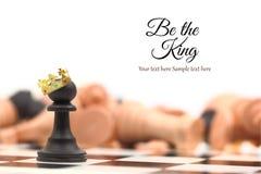 Une position de gagnant de gage couronnée comme roi Photos stock
