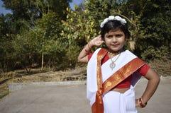 Une position mignonne et innocente de fille de village devant le jardin image libre de droits