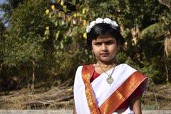 Une position mignonne et innocente de fille de village devant le jardin images stock