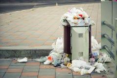 Une poubelle complètement des déchets images libres de droits