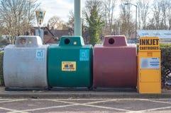 Une poubelle de collection pour des cartouches de jet d'encre d'occasion, bouteilles, gla Image libre de droits