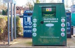 Une poubelle de collection pour des vêtements et des chaussures d'occasion dans un carpark Photos libres de droits