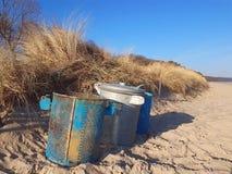 Une poubelle sur une plage dunaire image stock