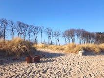 Une poubelle sur une plage dunaire photographie stock