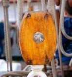 Une poulie coupée en bois Images stock