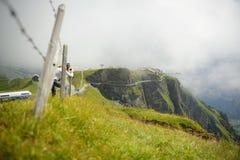 Une pousse de femme la passerelle en acier au-dessus des Alpes arrondissent le premier St supérieur Photos libres de droits