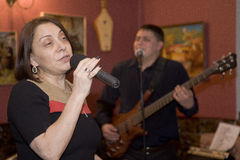 Une présentation suscitante de la représentation des musiciens du cocktail de groupe de bruit Image libre de droits