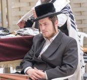 Une prière juive d'homme Photographie stock libre de droits