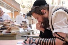 Une prière juive d'homme Photo stock