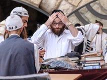 Une prière juive d'hommes Photos libres de droits