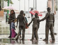 Une promenade avec des parapluies sous la pluie photos stock