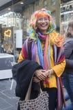 Une promenade de couleur est une réunion informelle des personnes créatives obtenant habillées ou s'habillant pour inspirer et êt images stock