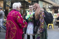 Une promenade de couleur est une réunion informelle des personnes créatives obtenant habillées ou s'habillant pour inspirer et êt image libre de droits