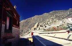 Une promenade de moine dans le monastère de Drepung Photos libres de droits
