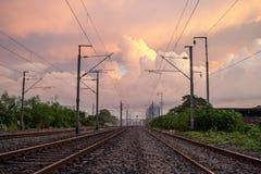 Une promenade de soirée dans la voie de chemin de fer Images libres de droits