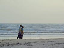 Une promenade en bas du côté de plage Images libres de droits