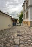 Une promenade le long des rues pavées en cailloutis de la vieille ville de Plovdiv Dans la distance vous pouvez voir la ville mod photos libres de droits