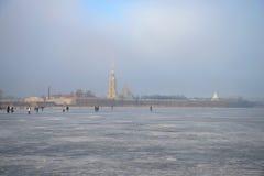 Une promenade le long du Neva congelé près de la forteresse de St Peter et de Paul Mars dans le St Petersbourg, Russie Photographie stock