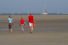 Une promenade sur la plage Photographie stock libre de droits
