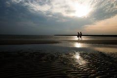 Une promenade sur la plage Photo stock