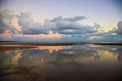 Une promenade sur la plage images stock