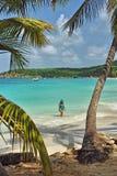 Une promenade sur le sable blanc chez l'Antigua images stock