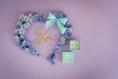 Une proposition de mariage M'épouserez-vous ? Coeur fait à partir des fleurs de jacinthe avec l'arc et l'anneau en bon état sur l photos libres de droits