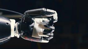 Une prothèse bionique fonctionne, pliant des doigts en métal Concept social de medias clips vidéos