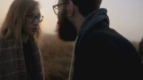 Une querelle entre un homme et une femme banque de vidéos