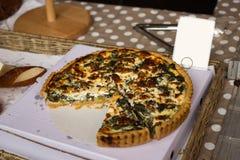 Une quiche d'épinards et de fromage Images libres de droits