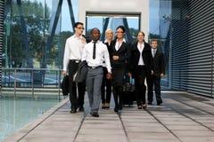 Une équipe internationale d'affaires dans des vêtements formels Photo stock