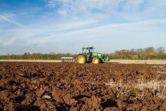 Une récolte de betterave à sucre en cours - le tracteur et la remorque déchargent des betteraves à sucre Image stock