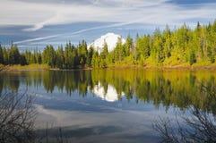 Une réflexion dans le lac de miroir Photographie stock libre de droits