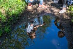 Une réflexion dans un magma - deux adolescents de filles de soeurs parlant entre eux en parc nature Image libre de droits