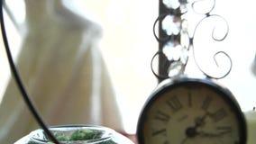 Une rétro horloge avec une minute et une occasion banque de vidéos