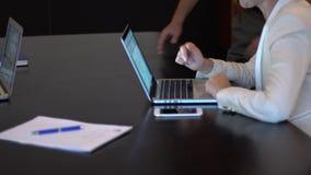 Une réunion d'affaires utilisant un comprimé banque de vidéos