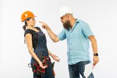 Une réunion masculine d'architecte ou d'ingénieur avec un entrepreneur de femme de bâtiment sur le fond blanc images libres de droits