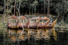 Une rangée de bateau royal de roi en rivière images stock